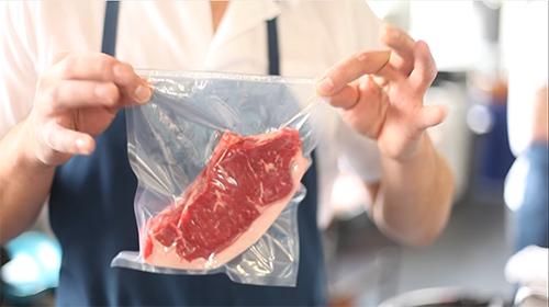 Con l'utilizzo di una macchina a campana mettere Sottovuoto la carne