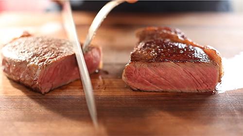 Prima di servire, tagliate la bistecca a fettine