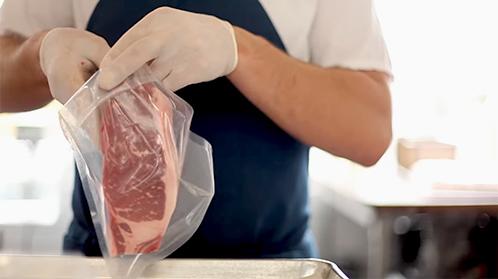 Inserire la bistecca all'interno di un sacchetto sottovuoto per cottura